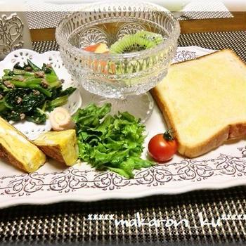 シュガートーストで朝ごはん♪ほうれん草とひき肉の炒め物