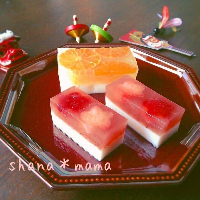 和皿に盛り付けられた紅白いちごミルク寒天