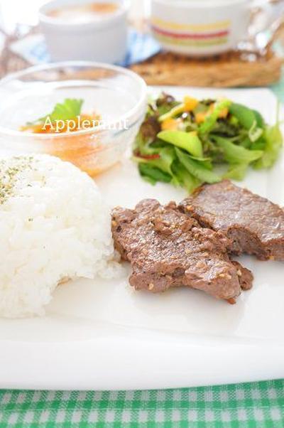 牛ステーキガーリックペッパー炒め&キャロットラペのワンプレートランチ