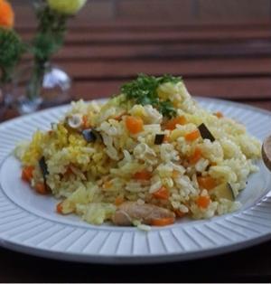 鮭缶で炊飯器ピラフ(夕御飯献立)とニトリで買ったお皿