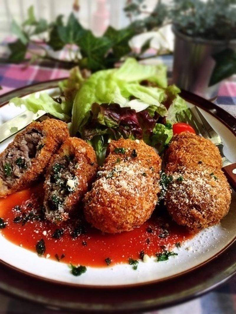 ■簡単ソースで牛薄切り肉がお店のようなビーフカツレツ<br><br>お得な牛薄切り肉を、丸めて揚げる...