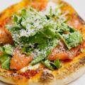 フライパンで作る、スモークサーモンとルッコラのピザ、サルモーネのレシピ