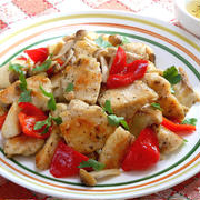 白ワインと一緒に、鶏ムネ肉ときのこのイタリアンホットサラダ。