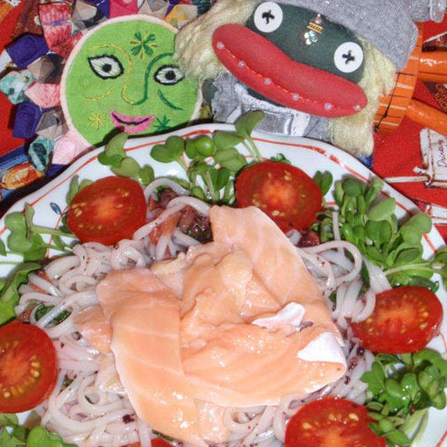 スライスサーモンの青じそサラダ素麺&林檎とワカメのサラダ(お家カフェ)