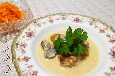 鶏肉とマッシュルームのクリーム煮とキャロットラペ