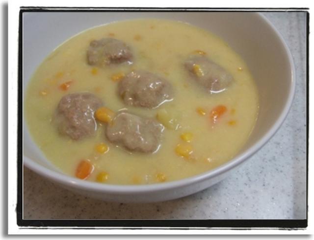 白いお皿に盛られたミートボールのクリーム煮