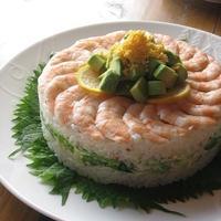 梅でさっぱり♪ 海老とアボカドのケーキ寿司