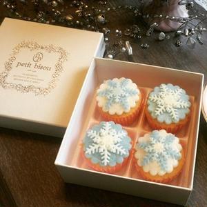 熱い日でも涼しい避暑地にいるような気持ちにさせてくれるカップケーキ、「雪の結晶」。淡い色が美しい砂糖...