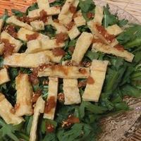 梅ポンごまドレッシングがうまっ♪ 春菊とカリカリ香ばし油揚げのサラダ