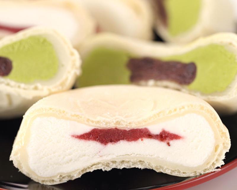 桜模様のモナカに、イチゴ果肉とアイスを挟んだアイスモナカです。モナカ、大福、アイス、イチゴと4つに重...
