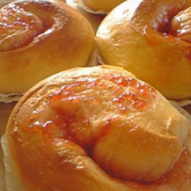 パン:イチゴジャムパンとベーコンチーズパン