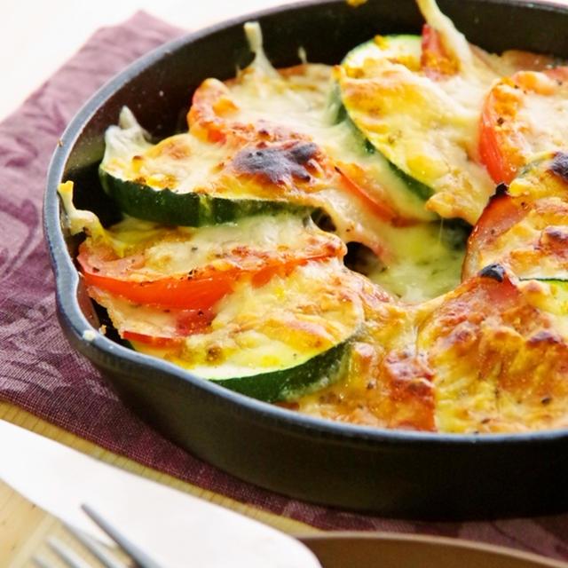 スキレットと魚焼きグリルで簡単節約5分♪ズッキーニとトマトとベーコンのカレーチーズ焼き&ついにその日が?!