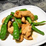 鶏むね肉とししとうのガリバタ炒め。簡単ご飯もお酒も進むおかず。