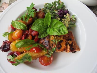 鮭のソテー・チェリーとミニトマトのサルサ添え&ブレザオラのサラダ