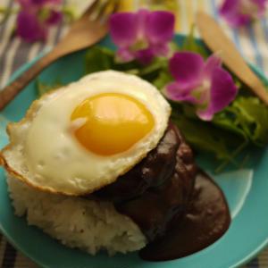 肉のうまみがギュッとつまった!簡単「ロコモコ丼」でハワイアン気分♪