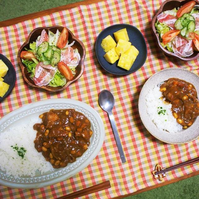 簡単に市販のカレールゥをアレンジ。ごろっと豚肉と大豆のトマトカレー&眉毛の謎