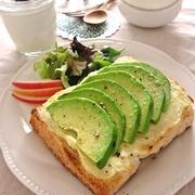 簡単朝ごはんで美しく!栄養満点な「アボカド朝食」レシピ7選