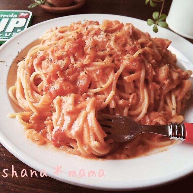 白の皿に盛られたトマトクリームパスタにフォークが添えてある