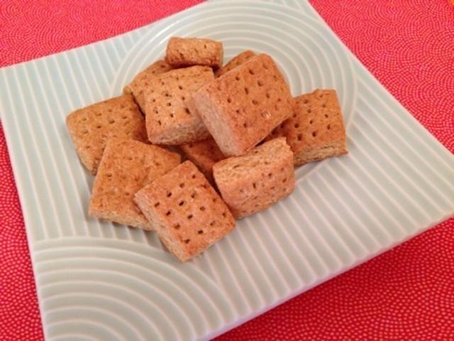 四角いおさらに乗ったおからときな粉のクッキー