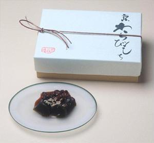 冷やすともっちり、温めるとふんわりとした食感のギャップが楽しめる「京わらびもち」。黒糖のコク、瑞々し...