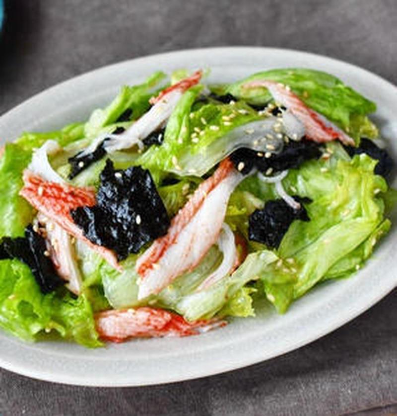ちぎってまぜるだけ!「レタスとカニカマ」のお手軽サラダ