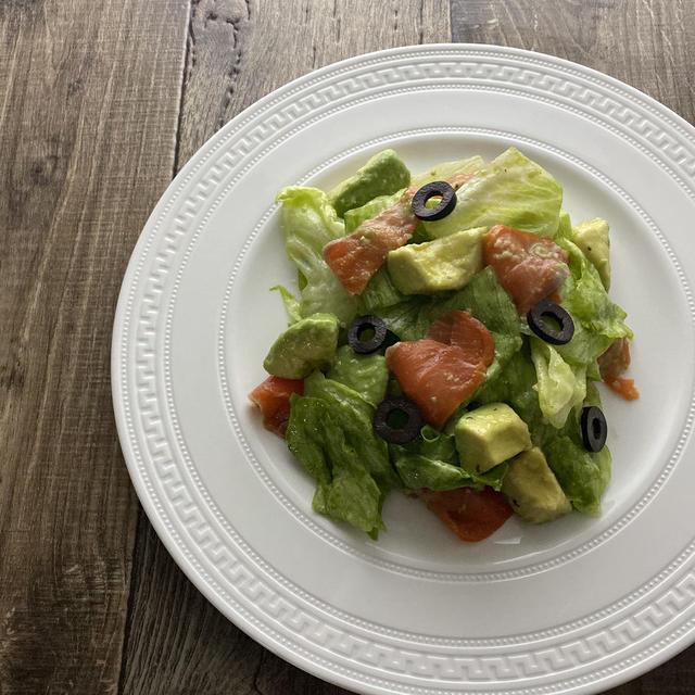 スモークサーモンとアボカドのレタスサラダ