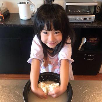 杏ちゃんお米を炊く。