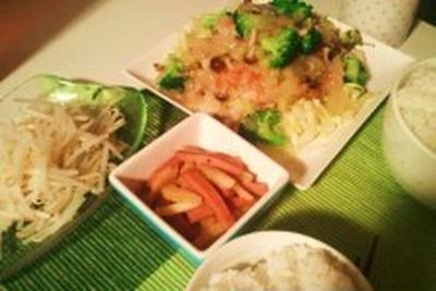 晩ごはん:鶏もも肉のクリームソースがけとセロリの炒め物。