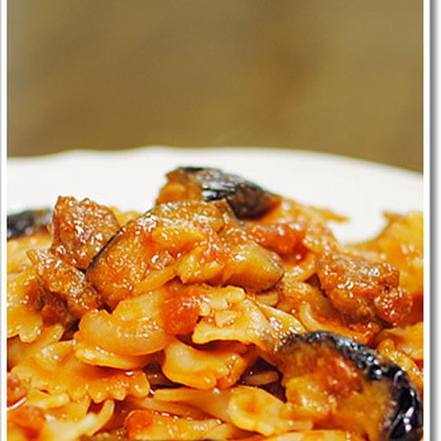 茄子を加えたサルシッチャのラグーソースのファルファッレ