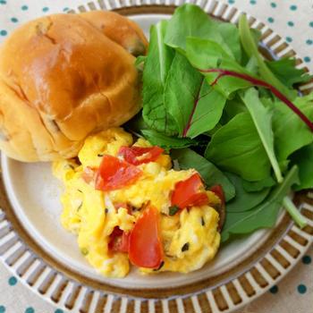 バジトマスクランブルエッグで朝ごパン