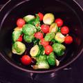 STAUB で 芽キャベツとプチトマトのペペロンチーノ風