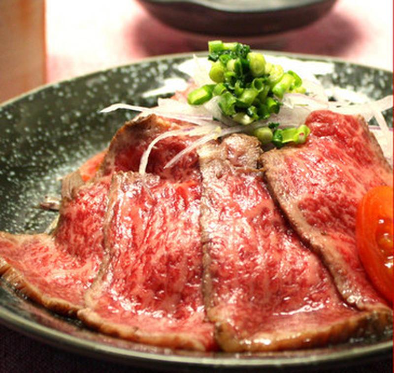希少な部位だけを使用して作られたローストビーフです。香ばしく表面をあぶり、中に肉汁と旨味を閉じ込めて...