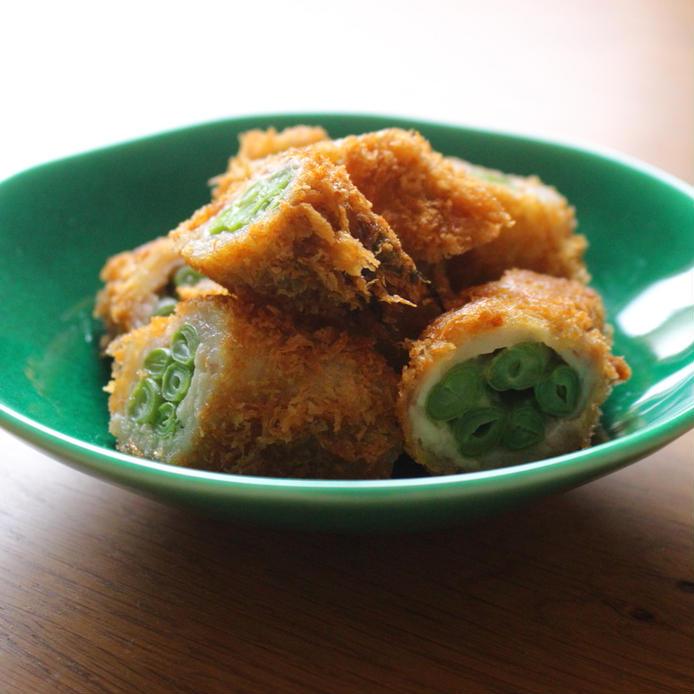 緑色の皿にもりついんげんの肉巻きフライ