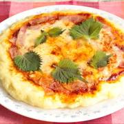 人気のレンジで簡単もちもちピザのレシピ。ホットケーキミックスと絹豆腐で発酵なしの作り方。