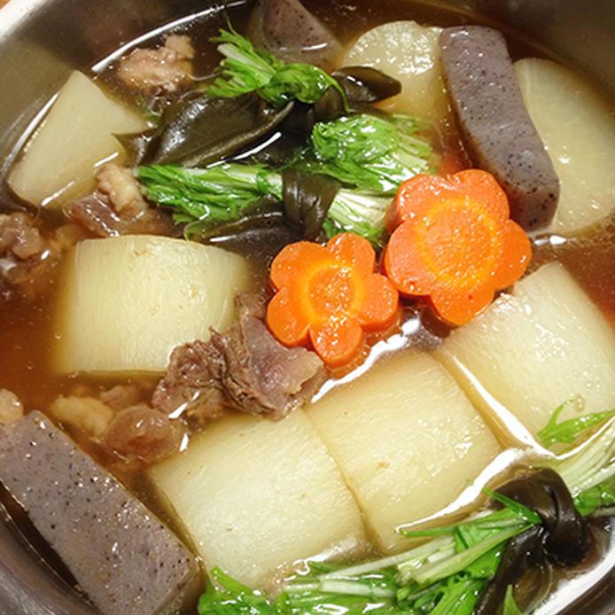 ステンレスの鍋に入っている、大根と牛すじのおでん風煮物