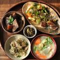 一汁三菜ごはん ◆ヨモギの玄米ご飯、筍とアラメの静岡風煮物、わらびのゴマ酢味噌あえ、菜花の肉巻  とか