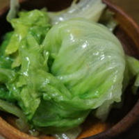 定番料理⑥レタスの湯引きのドレッシング和え