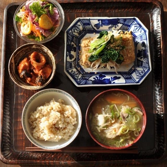 一汁二菜+ ◆ 豆腐のステーキ 酒粕ごまソース、烏賊と里芋のトマト煮、白菜・かつお菜・金柑 etc の季節の生野菜サラダ