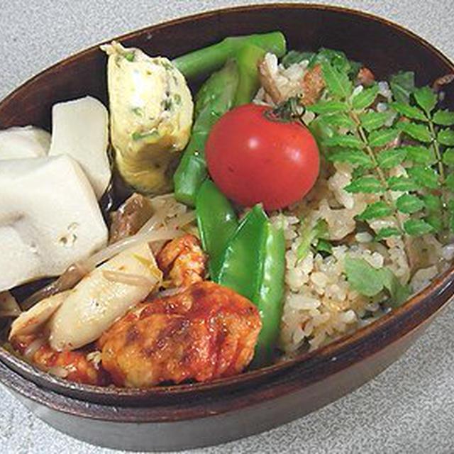 鶏肉のケチャップ焼き弁当。ご飯は炊き込み。