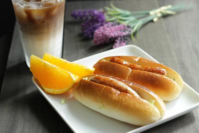 生ソーセージとキャラウェイキャベツソテーでホットドッグの朝食【スパイス大使】