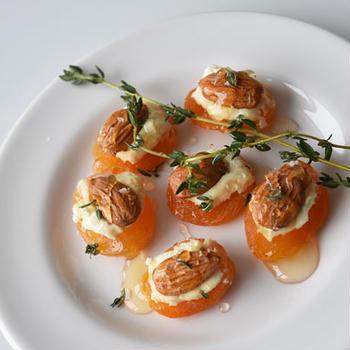 アプリコットとゴートチーズの前菜。