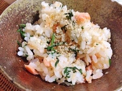 鮭ハラスと人参葉の混ぜご飯