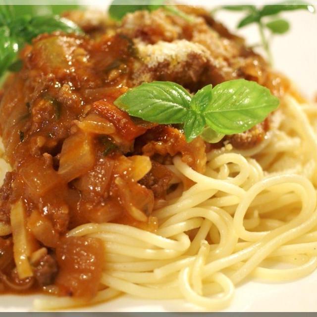 《絶品!!パスタ。菜園トマトdeミートソースのパスタ》他ヘルシーサラダなど 昼ご飯です。