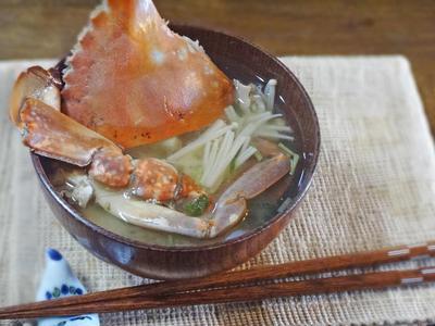 旨みたっぷり!蟹とエノキ茸の味噌汁