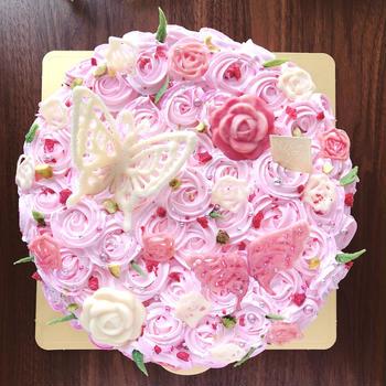 ピンクの薔薇の女子会用デコレーションケーキ