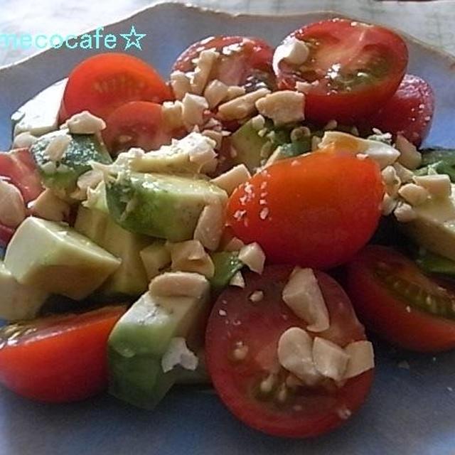 アボカドとプチトマトのピーナッツサラダ