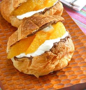 簡単あま〜い朝ごはん!ヌテラとオレンジとヨーグルトクリームのクロワッサンサンド。