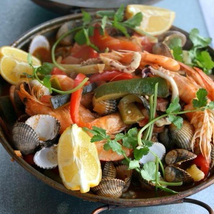 海老や貝類などの魚介と野菜で作った鍋の蒸し料理
