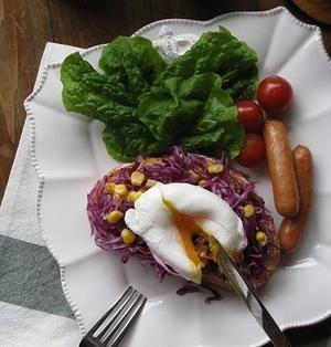 紫キャベツとポーチドエッグのオープンサンド