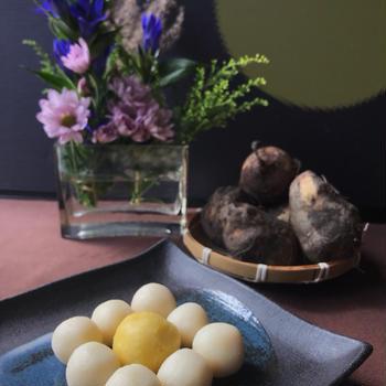 材料2つのお月見団子と里芋の簡単レンチン皮むき